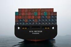 站立在路的在船尾的集装箱船NYK飞星 不冻港海湾 东部(日本)海 09 04 2014年 库存照片