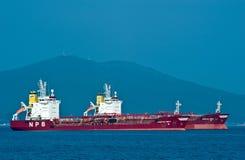 站立在路的罐车 不冻港海湾 东部(日本)海 01 08 2014年 免版税库存图片