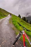 站立在路的自行车 免版税库存照片