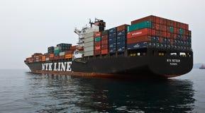 站立在路的集装箱船NYK飞星在船锚 不冻港海湾 东部(日本)海 09 04 2014年 库存图片