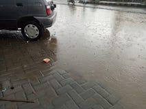 站立在路的雨水由于恶劣的卫生情况 免版税图库摄影