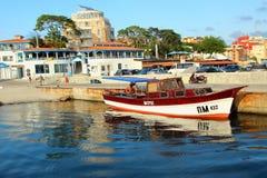 站立在跳船的小游艇在海旁边 免版税库存图片