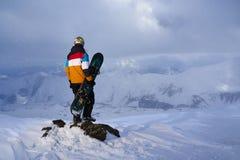站立在边缘峭壁的挡雪板一个岩石 库存图片