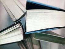 站立在边缘的书 免版税库存照片