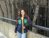 站立在边路的熟悉内情的十六岁的女孩在中心城市费城 免版税库存图片
