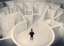 站立在迷宫中心的企业人 免版税图库摄影