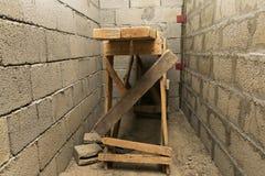 站立在适当位置的木脚手架 库存照片