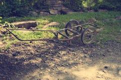 站立在道路的一个老打破的推车 聚会所 越南 定调子 库存图片