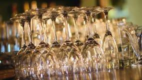 站立在酒吧柜台,豪华承办酒席服务的透明酒杯行  股票视频