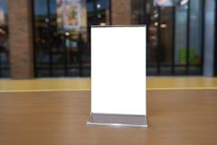 站立在酒吧餐馆咖啡馆的木桌上的菜单框架 文本营销促进的-图象空间 免版税图库摄影