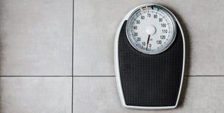 站立在重量等级的人的低部分 免版税库存图片