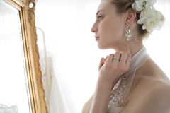 站立在镜子前面的新娘 图库摄影