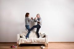 站立在长沙发的美好的资深夫妇,跳舞 美丽的夫妇跳舞射击工作室妇女年轻人 免版税库存图片