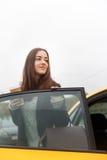 站立在门户开放主义的微笑的浅黑肤色的男人出租汽车 免版税库存图片
