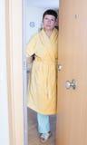 站立在门的妇女 图库摄影