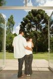站立在门的家庭从事园艺 免版税库存照片