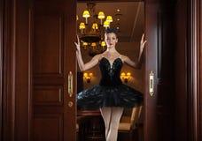 站立在门道入口的黑芭蕾舞短裙的芭蕾舞女演员 图库摄影