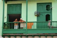 站立在阳台的古巴妇女 图库摄影