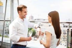 站立在阳台的宜人的夫妇 免版税图库摄影