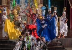 站立在阶段的戏剧性小组舞蹈家 图库摄影