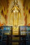 站立在阿南达寺庙里面的金黄菩萨  图库摄影