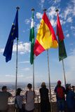 站立在阿尔罕布拉宫城楼的旗杆,西班牙之间的游人 图库摄影