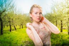 站立在附近的美丽的年轻白肤金发的妇女 库存图片