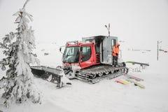 站立在除雪机的Snowborder在Goderdzi,乔治亚 免版税图库摄影