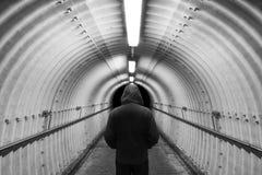 站立在隧道的人 免版税图库摄影