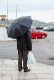 站立在雨中的人 库存图片