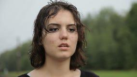 站立在雨中的青少年的女孩 股票录像