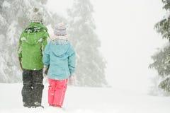 站立在雪的孩子 免版税图库摄影