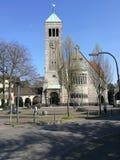 站立在雷克灵豪森太阳下的老教会 免版税库存图片