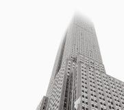 站立在雾的帝国大厦 免版税库存照片