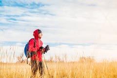 站立在领域和看风景领域风景的远足者人 免版税库存照片