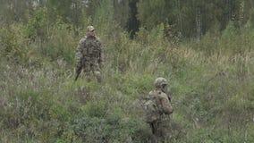 站立在领域和谈话的两军事与一杆枪在他的手上 影视素材