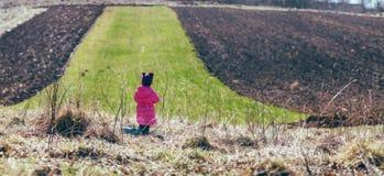 站立在领域的女孩 全景 免版税图库摄影