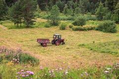 站立在领域的老拖拉机 免版税库存照片
