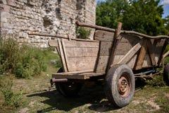 站立在领域的老木推车 免版税库存照片
