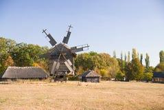 站立在领域的风车反对蓝天 库存照片