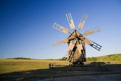 站立在领域的风车反对蓝天 免版税库存照片