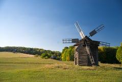 站立在领域的风车反对蓝天 库存图片