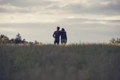 站立在领域的年轻夫妇 库存照片