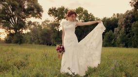 站立在领域的年轻美丽的新娘在 影视素材