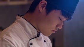 站立在餐馆厨房里的严肃的厨师 影视素材