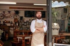 站立在餐馆的门道入口的Barista 免版税库存图片