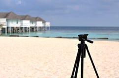 站立在马尔代夫的三脚架靠岸,夫妇恋人tra的设备 免版税库存图片