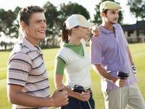 站立在高尔夫球场的高尔夫球运动员 免版税图库摄影