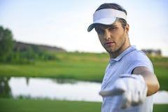 站立在高尔夫球场的高尔夫球运动员 库存图片