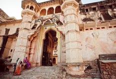 站立在17世纪Taragarh堡垒入口的妇女  库存图片